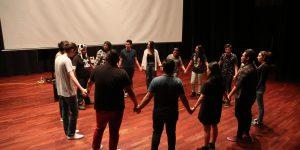 """Estudiantes de cine en la clase """"Dirección y manejo de actores"""" con Sergio Tobar Velarde"""